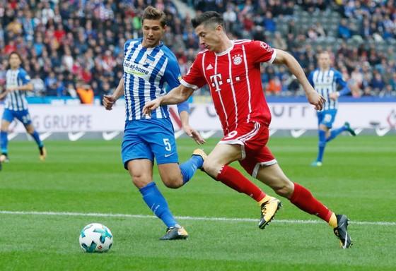 Bayern Munich (phải) bị Hertha Berlin cầm chân sau khi dẫn trước 2 bàn. Ảnh: Getty Images