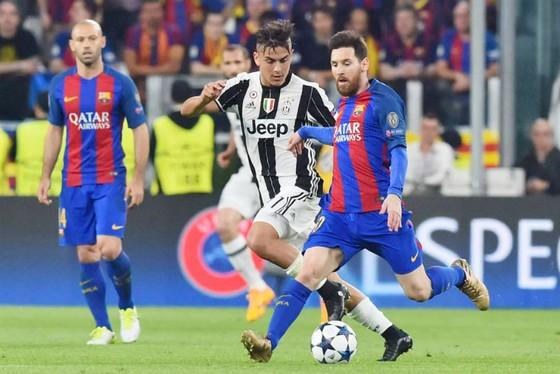 Có Messi (đỏ xanh) thì Barca không thể có Dybala. Ảnh: Getty Images