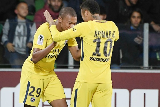Niềm vui của Kylian Mbappe (trái) và Neymar sau một bàn thắng của Paris SG. Ảnh: Getty Images