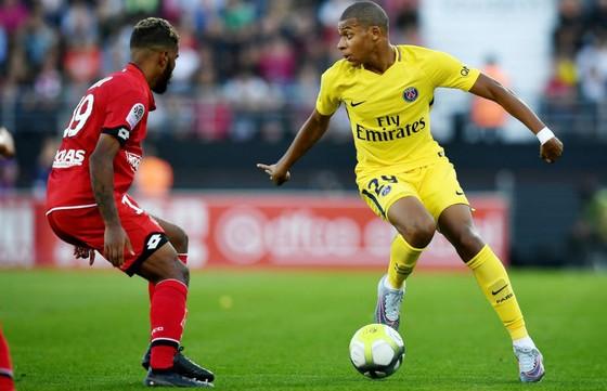 Kylian Mbappe (phải) của Paris SG đã bỏ lỡ nhiều cơ hội khi chơi ở vai trò mũi nhọn trong chiến thắng trước Dijon (2-1). Ảnh: Getty Images