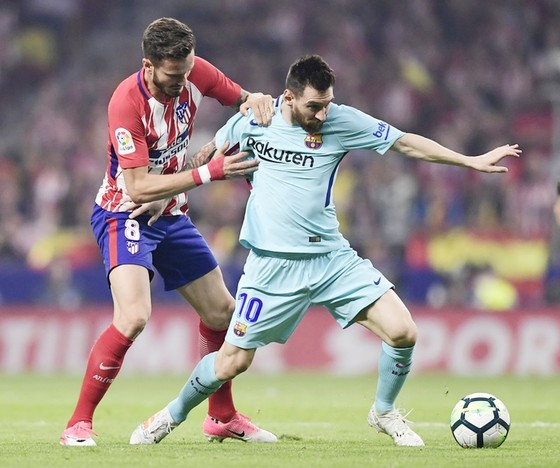 Messi (xanh) thi đấu không tốt trong hiệp một. Ảnh: Getty Images