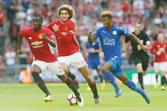 Mất Eric Bailly (trái) và Marouane Fellaini là lý do buộc Jose Mourinho phải thận trong gần đây. Ảnh: Getty Images