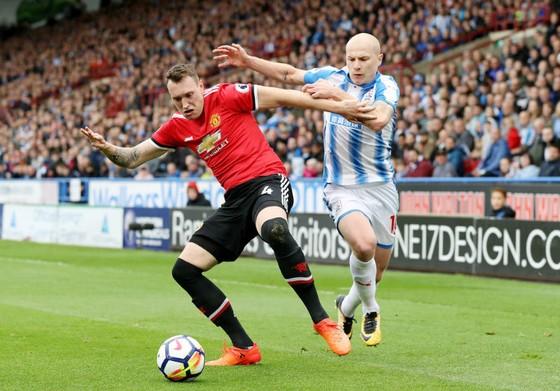 Chấn thương sớm của Phil Jones (trái) đã khiến năng lực phòng ngự của Man.United suy yếu. Ảnh: Getty Images