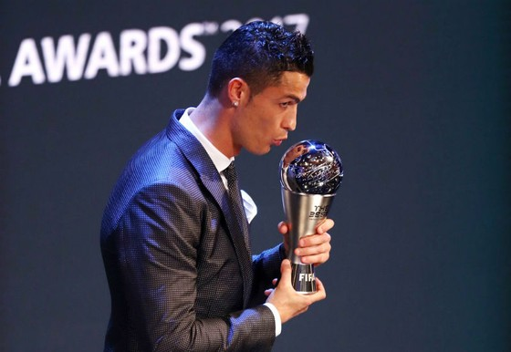 Cristiano Ronaldo hạnh phúc bên Best FIFA 2017. Ảnh: Getty Images