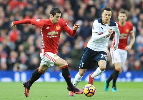 Henrikh Mkhitaryan (trái, Man.United) quyết đấu với Dele Alli (Tottenham). Ảnh: Getty Images