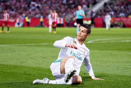Ronaldo lại có hành động không đẹp dành cho đối phương. Ảnh: Getty Images