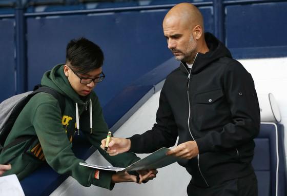 Pep Guardiola (phải) được tin tưởng là người mang lại thành công cho Man.City. Ảnh: Getty Images