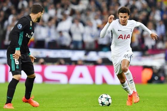 Alli (trắng) chói sáng giúp Tottenham đánh bại Real. Ảnh: Getty Images