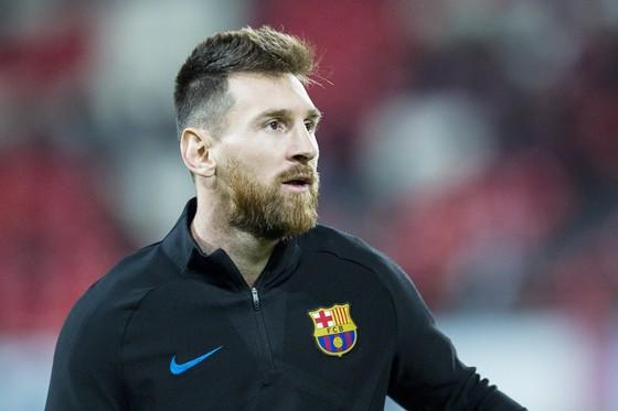Messi dùng tiền làm từ thiện. Ảnh: Getty Images