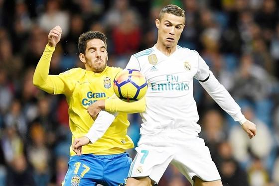 Ronaldo (trắng) lại thi đấu kém thuyết phục. Ảnh: Getty Images