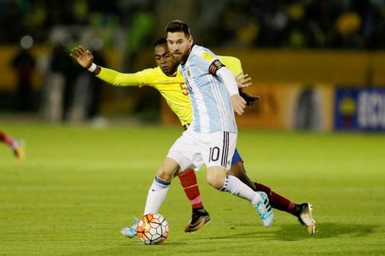 Lionel Messi (phải) trong trận thắng quan trọng trước Ecuador. Ảnh: AP