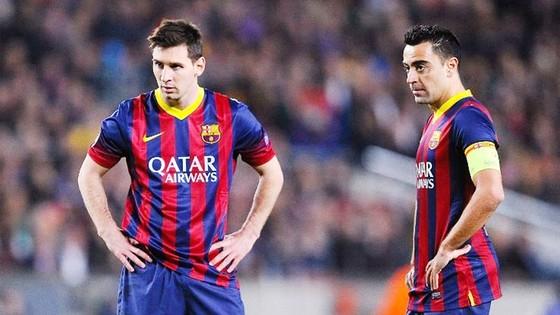 Xavi (phải) chỉ ra quy luật đặc biệt khi chơi với Messi. Ảnh: Getty Images.