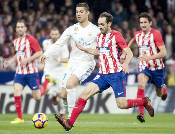 Real (trắng) chia điểm với Atletico. Ảnh: Getty Images