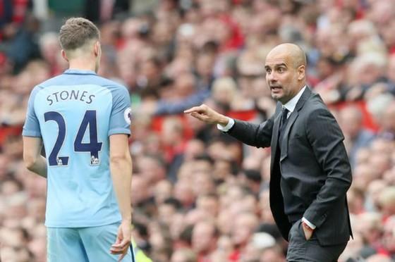 HLV HLV Pep Guardiola (phải) đang đối mặt khó khăn khi mất John Stones. Ảnh: Getty Images
