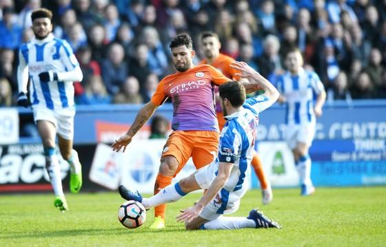 Sergio Aguero (trái) và Man.City từng bế tắc tại Huddersfield Town ở mùa qua. Ảnh: Getty Images