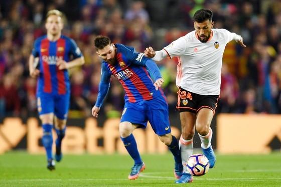 Valencia (trắng) liệu có cản được Barca? Ảnh: Getty Images