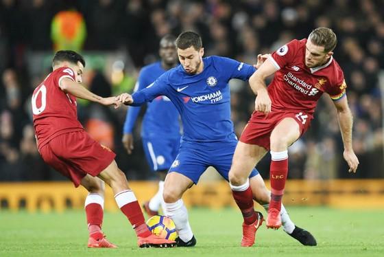 Chelsea (giữa) và Liverpool ngáng đường nhau để tạo cơ hội cho Man.City bứt đi. Ảnh: Getty Images