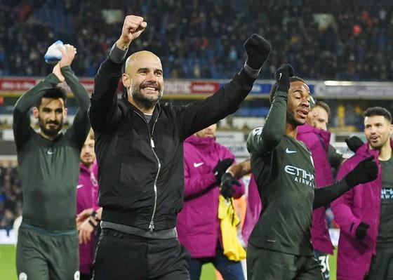 HLV Pep Guardiola phấn khích ăn mừng chiến thắng. Ảnh: Getty Images