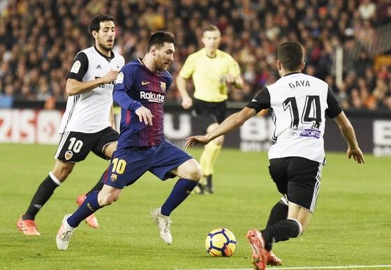 Messi (10) bị từ chối bàn thắng. Ảnh: Getty Images.