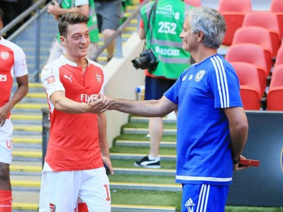 Mesut Oezil luôn giữ mối quan hệ rất tốt với HLV Jose Mourinho. Ảnh: Getty Images