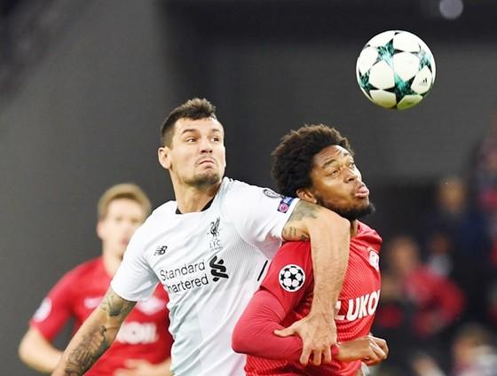 Hàng thủ Liverpool (trắng) lại gây lo âu khi đối đầu Spartak Moscow. Ảnh: Getty Images