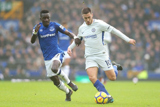 Eden Hazard (phải, Chelsea) trước sự bám sát của Idrissa Gueye (Everton). Ảnh: Getty Images