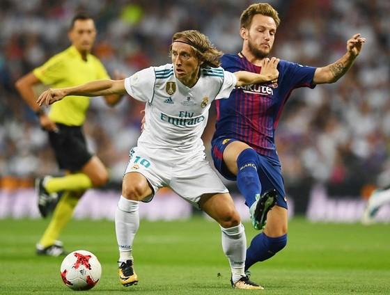 Real (trắng) quyết giành chiến thắng ở trận trận El Clasico quan trọng này. Ảnh: Getty Images