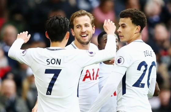 Harry Kane hạnh phúc giữa sự chúc mừng của các đồng đội. Ảnh: Getty Images