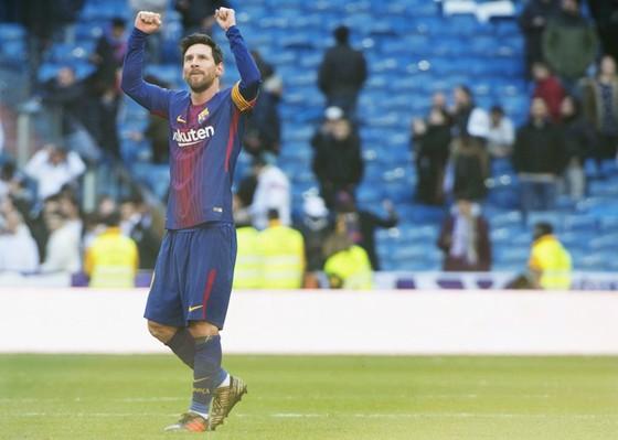 Đi bộ, Messi vẫn rất lợi hại. Ảnh Getty Images.