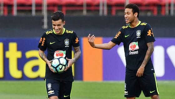 Coutinho (trái) tỏ ra rất khôn khéo hơn Neymar trong cách hòa nhập. Ảnh: Getty Images