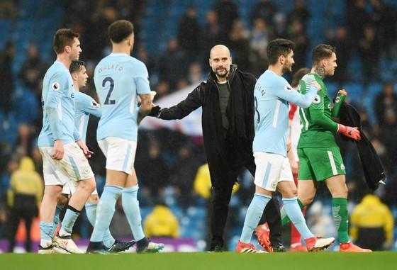 Thẩy trò HLV Pep Guardiola đã tiến gần hơn đến ngôi vô địch. Ảnh: Getty Images