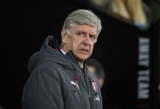 Arsene Wenger dường như đang dành những năm cuối sự nghiệp tại Arsenal chỉ để thừa nhận sai lầm? Ảnh: Getty Images