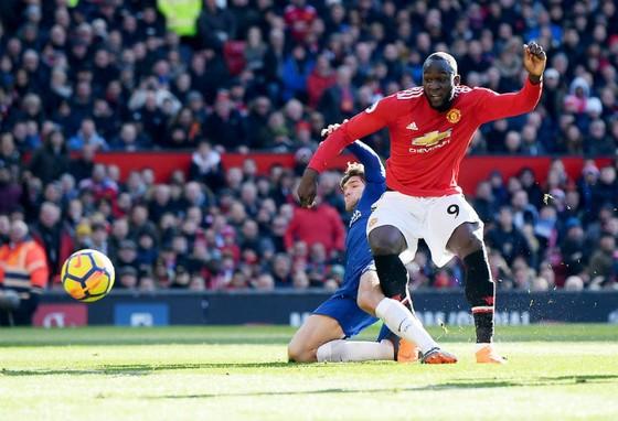 Romelu Lukaku với pha ghi bàn tinh tế vào lưới Chelsea. Ảnh: Getty Images