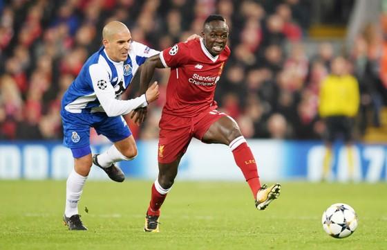 Liverpool (phải) đã dễ dàng hoàn thành nhiệm vụ tứ kết Champions League. Ảnh: Getty Images