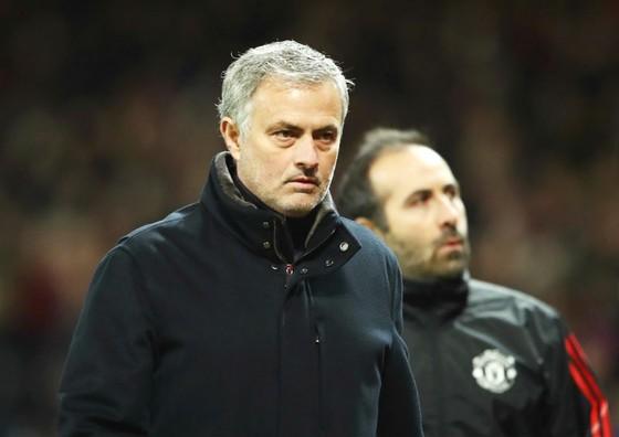 HLV Jose Mourinho thất vọng khi đã đánh rơi thêm 1 mục tiêu nữa của mùa giải. Ảnh: Getty Images