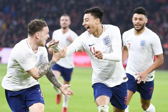 Jesse Lingard (giữa) ăn mừng bàn thắng quan trọng cùng tuyển Anh. Ảnh: Getty Images
