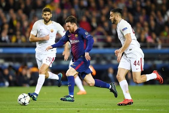 """Roma (trắng) đã """"tự sát"""" trước Barca. Ảnh: Getty Images"""