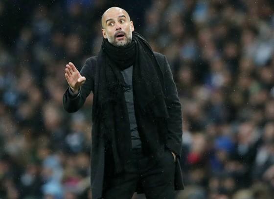 """Pep Guardiola không biết có """"chơi chiêu"""" trước trận derby hay không, nhưng rõ ràng sẽ khiến Paul Pogba gặp rắc rối lớn. Ảnh: Getty Images"""