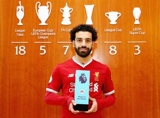 Mohamed Salah tự hào khoe giải thưởng trong phòng truyền thống. Ảnh: Getty Images