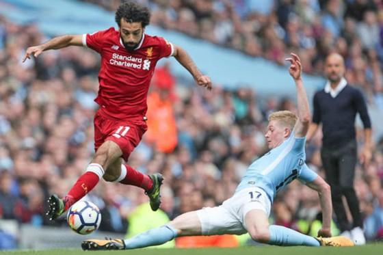Kevin De Bruyne (phải) bị Mohamed Salah vượt qua trong lần đối đầu mới đây. Ảnh: Getty Images