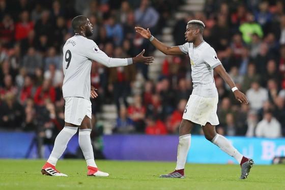 Paul Pogba (phải) và Romelu Lukaku cùng nhau mang về bàn ấn định chiến thắng. Ảnh: Getty Images