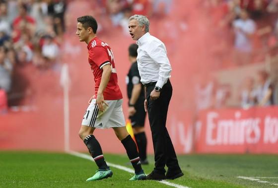 """HLV Jose Mourinho quyết liệt chỉ đạo """"người hùng"""" Ander Herrera. Ảnh: Getty Images"""