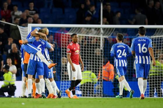 Anthony Martial (Man.United) thất vọng giữa niềm vui chiến thắng của Brighton. Ảnh: Getty Images