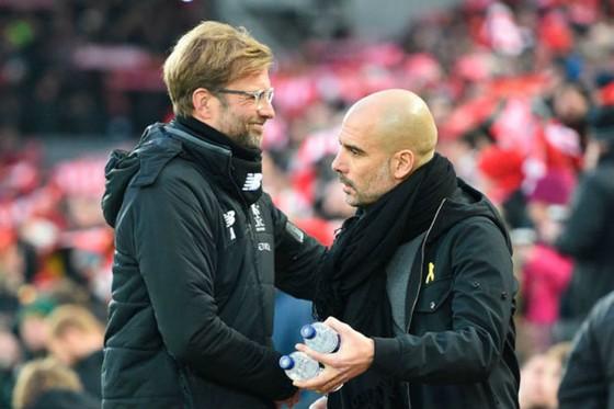Jurgen Klopp (trái) đang dần hoàn tiện Liverpool là lý do khiến HLV Pep Guardiola lo lắng. Ảnh: Getty Images