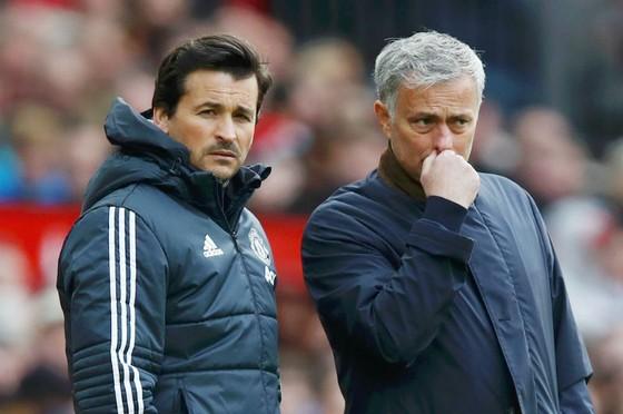 """Mất """"cánh tay phải"""" Rui Faria (trái), HLV Jose Mourinho sẽ khó khăn hơn ở mùa tới. Ảnh: Getty Images"""