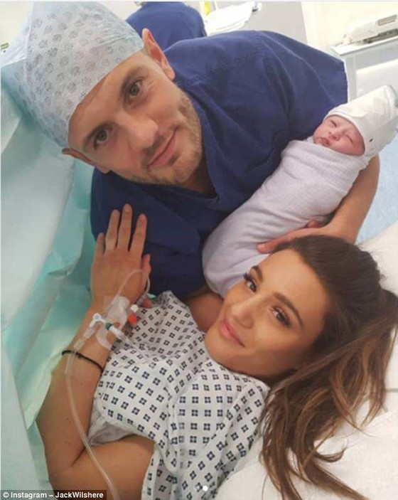 Wilshere hạnh phúc bên cạnh vợ và bé gái mới sinh. Ảnh: Daily Mail