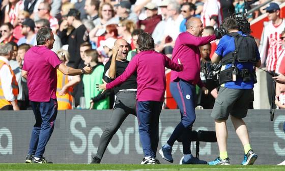 HLV Pep Guardiola ăn mừng với đoạn kết phi thường của Man.City. Ảnh: Getty Images