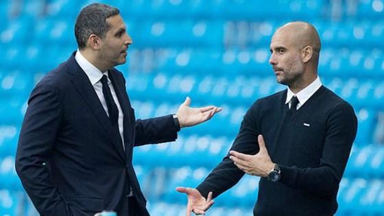 Pep Guardiola muốn cầu thủ nào, Khaldoon Al Mubarak (trái) sẽ đáp ứng. Ảnh: Getty Images