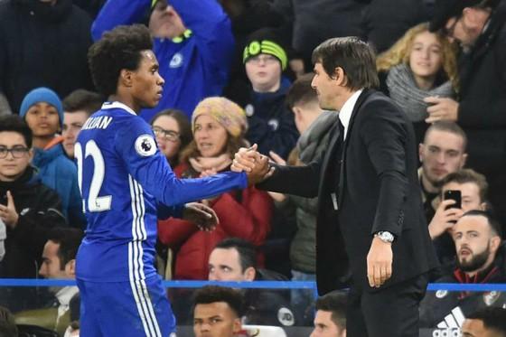 Willian (trái) và Antonio Conte đã tồn tại bất đồng thời gian qua. Ảnh: Getty Images