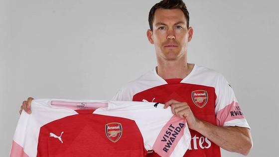 Tân binh đầu tiên của Arsenal là một lão tướng Stephan Lichtsteiner. Ảnh: Getty Images